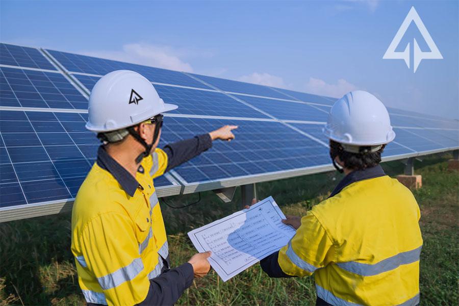 Nhân viên thiết kế hệ thống điện mặt trời