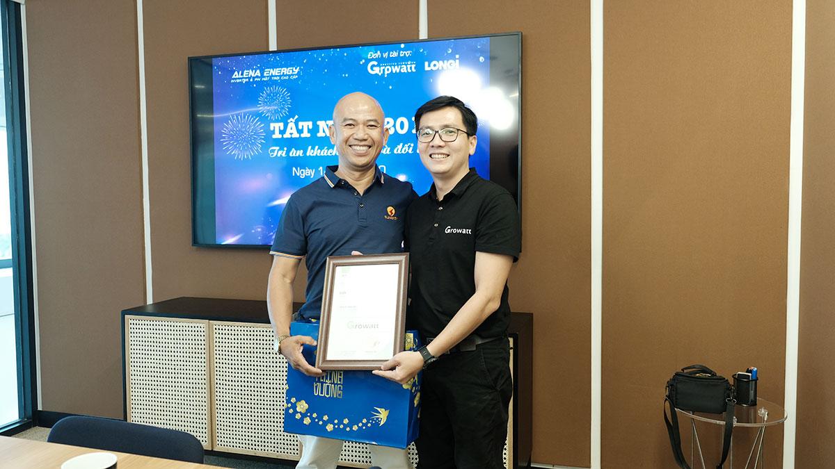 Công ty trao giấy chứng nhận cho 1 trong hơn 25 đại lý phân phối trên toàn quốc
