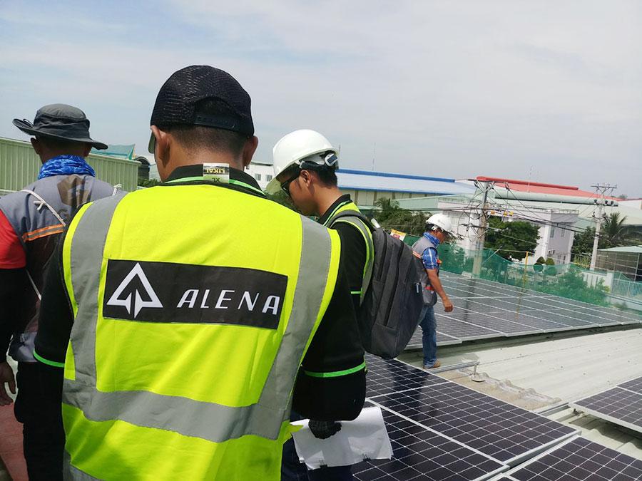 Kỹ sư Alena trên công trường dự án điện mặt trời ở Long An